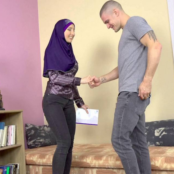 Sexy muslim teacher gives special lesson - Photo 1 / 16